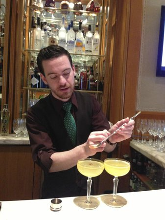 Four Seasons Hotel Philadelphia : Mixologist at Work!