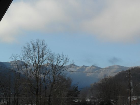 Jonathan Creek Inn and Villas: View of the mountains outside of our room.
