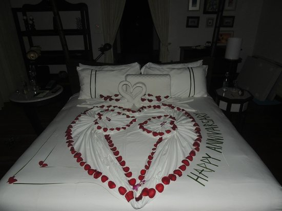 Anantara Kihavah Villas: Our bed on our Anniversary!