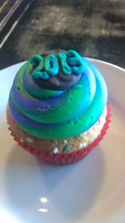 "Isla Vista, Kaliforniya: The cute NYE version of the ""peace cake."""
