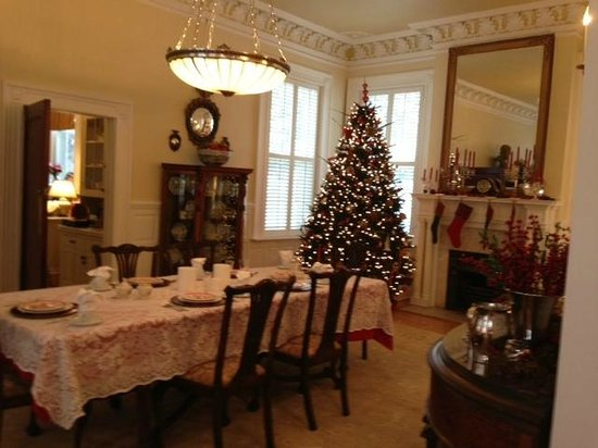 Maury Place at Monument: Dining area with kitchenette full of goodies