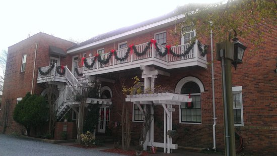 Front Street Inn: Side view of the inn