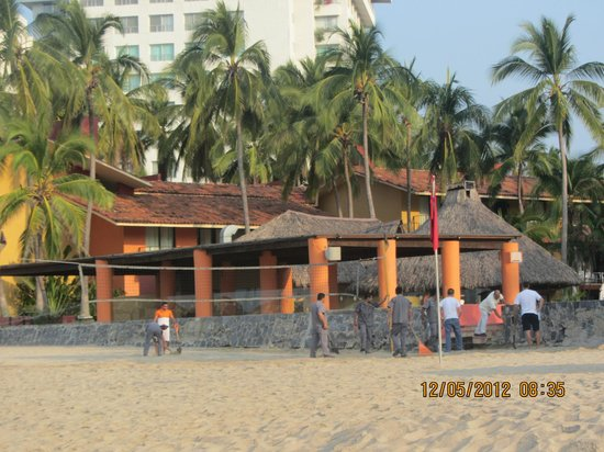 Inter-Continental Presidente Ixtapa: cleaning of the beach