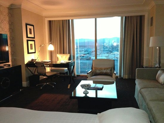 Four Seasons Hotel Las Vegas: Suite with view of city