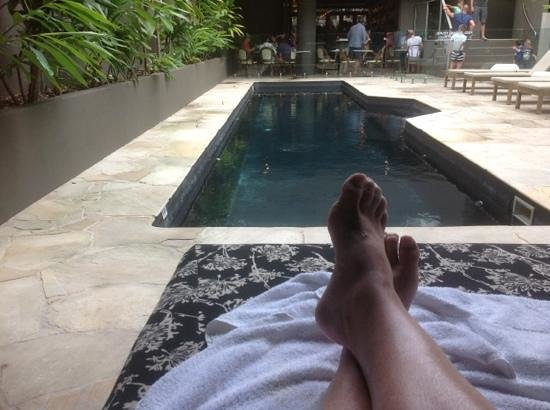 Apartments Inn, Byron Bay: siesta & relaxing on covered double pad pool side