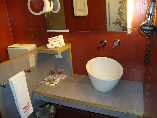 Petit Palace Museum Hotel: Our bathroom