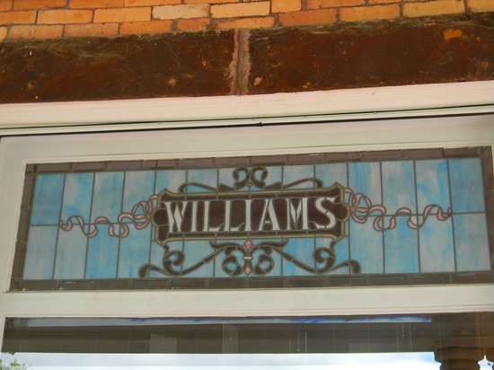 1890 Williams House Inn: beautiful stained glass