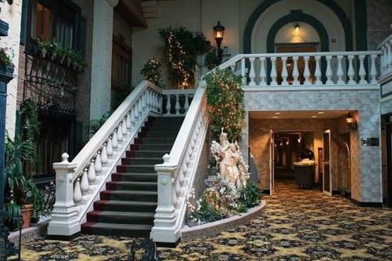 Salvatore's Garden Place Hotel: Stairs Leading to the Dining Place