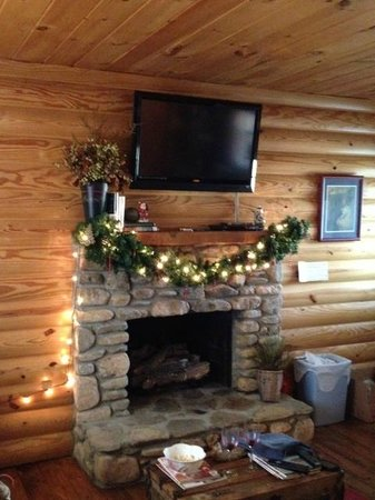 Candler, Karolina Północna: Fireplace in Cabin 9--Decorated for the Holidays!