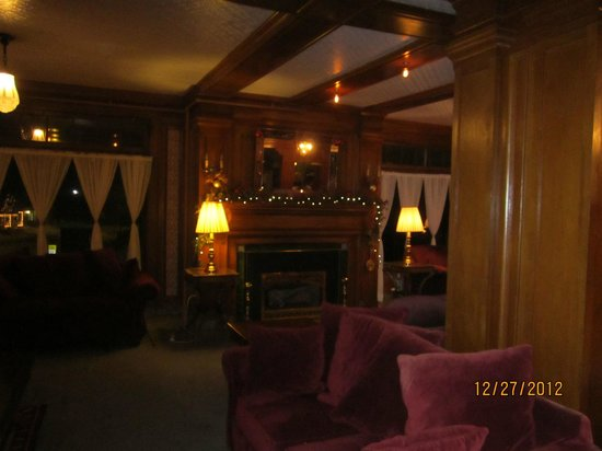 Herbert Grand Hotel: Fireplace area, hotel lobby