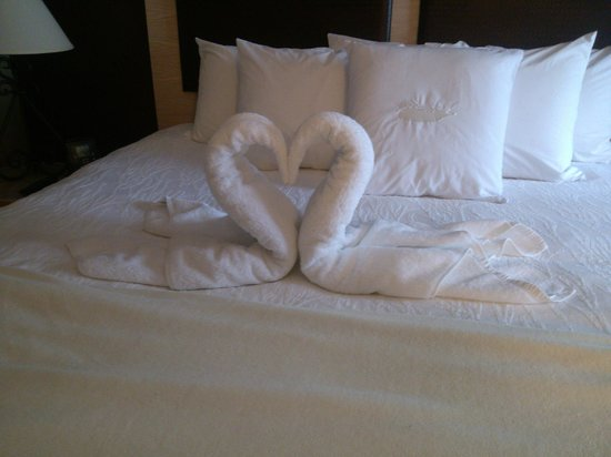 Homewood Suites by Hilton Austin-Arboretum / NW: Swan towels to greet us!