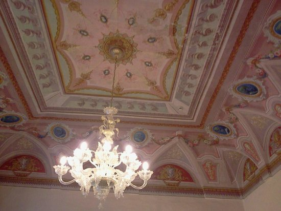 Cavaliere Palace Hotel: sala colazione - soffitto