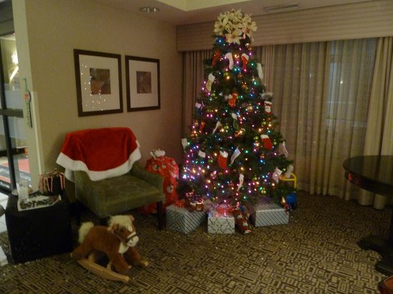 Hampton Inn Newnan: Hotel Lobby for Christmas