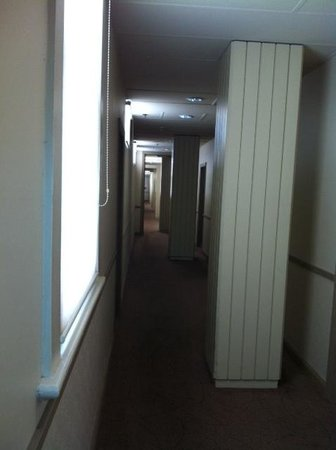 Mercure Grosvenor Hotel: The weird columns along the long hallway!