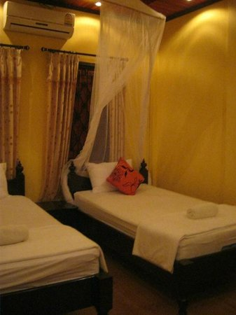 Singharat Guest House: Twin bed on 1st floor