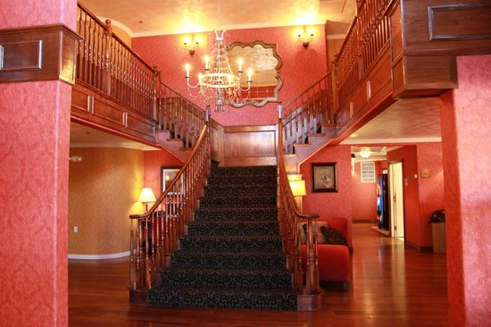 Victorian Inn: Entrance and main stairway