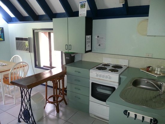 Tropic Oasis Holiday Villas: Small 2 bedroom kitchen
