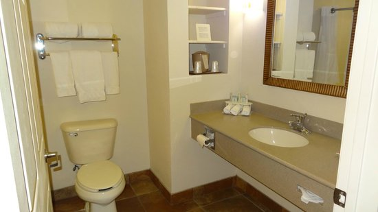 Holiday Inn Express Hotel & Suites Kingman: our bathroom was clean and comfortable