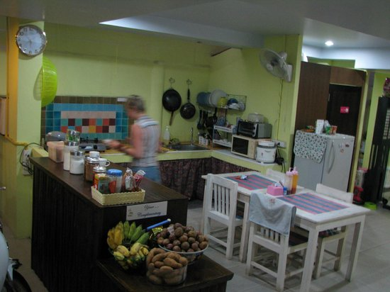 Dozy House: Kitchen area - with free fruit