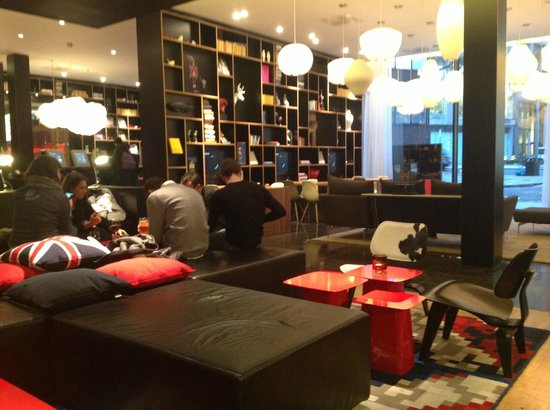 citizenM London Bankside: Main bar and reception