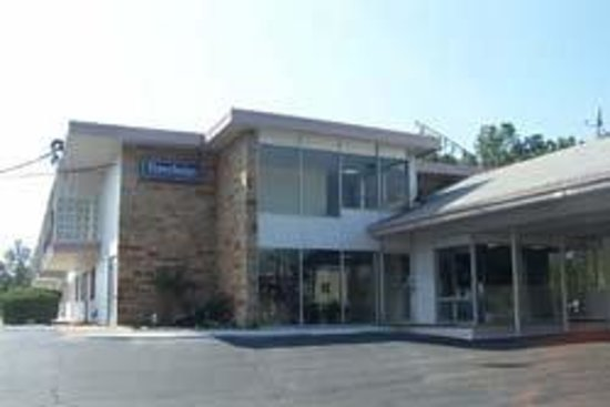 Econo Lodge Inn & Suites: Welcome to the Travelodge Warren