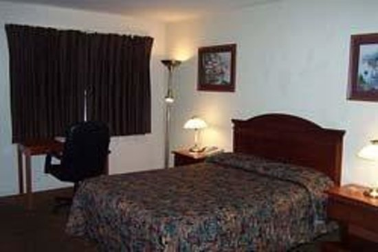 Econo Lodge Inn & Suites: King Bed Room