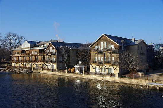 The Herrington Inn & Spa: View of the Herrington from the river bridge