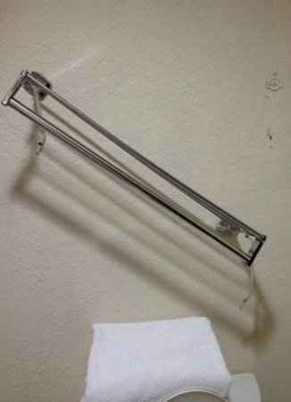 Red Roof Inn Kingsland: Towel hanger in bathroom broken