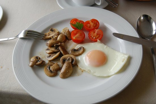 Ardagh Hotel: Sad vegetarian breakfast (ordered in advance!)...uncooked tomatoes, and one measly cut up egg