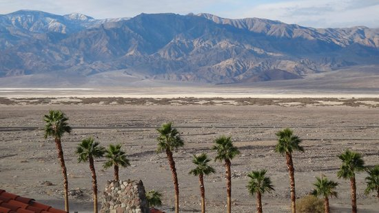 Furnace Creek Inn and Ranch Resort: Another view, in the morning from the terrace above the pool