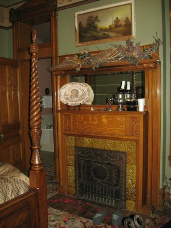 Armstrong Mansion Bed and Breakfast: November Suite with Romance Package