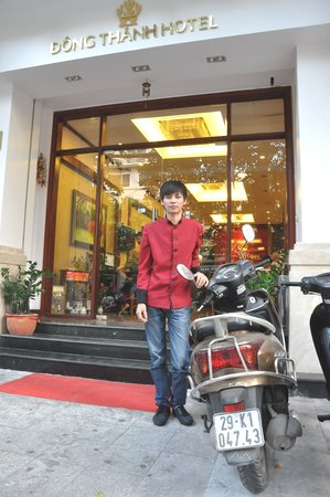 Dong Thanh hotel: Bellboy in front of Dong Thanh