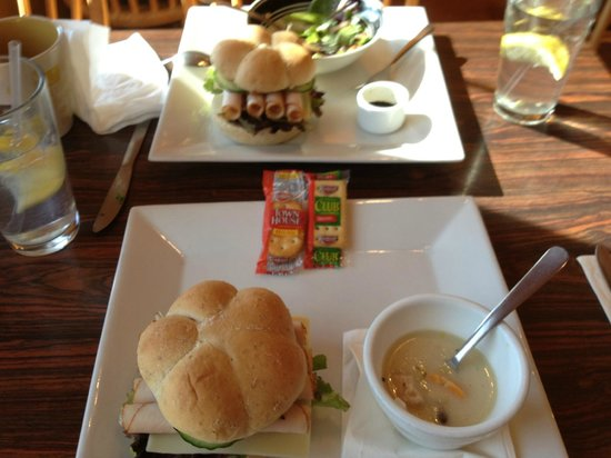 Sonoita, อาริโซน่า: The Cafe - Turkey Pesto Sandwich & Coconut Chicken Soup