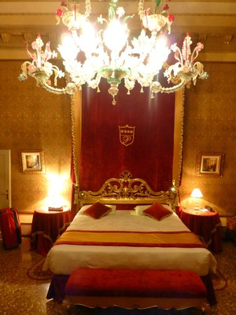 Palazzo Paruta: Detailed snap of the chandelier and bedhead