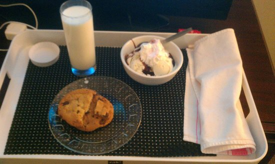 Four Points by Sheraton Kalamazoo: Room service - dessert
