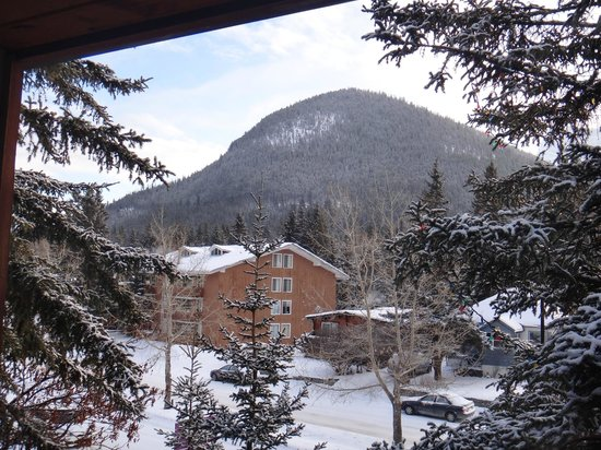 Banff Aspen Lodge: View form second floor&#39;s room