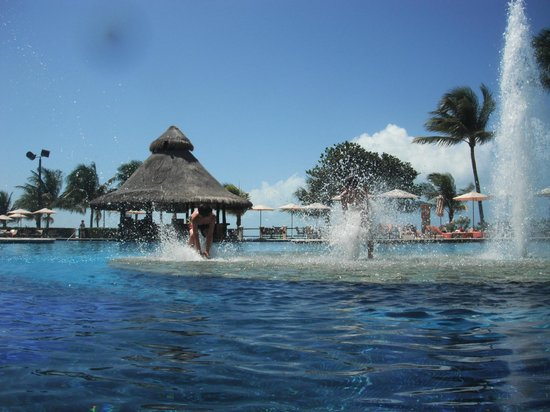 Fiesta Americana Grand Coral Beach Resort & Spa: Island w/Fountains in Main Swimming Pool