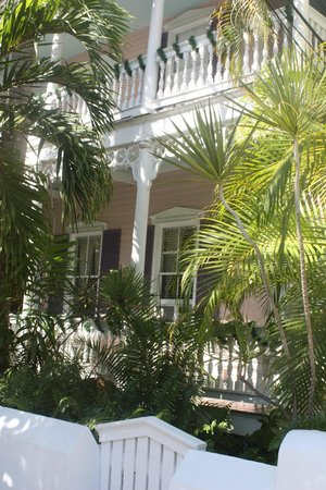 Ambrosia Key West Tropical Lodging: The original house were our room was, across the street from the office and newer rooms.