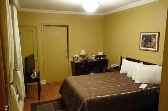 Le Grande-Allee Hotel and Suites: the basic but OK room