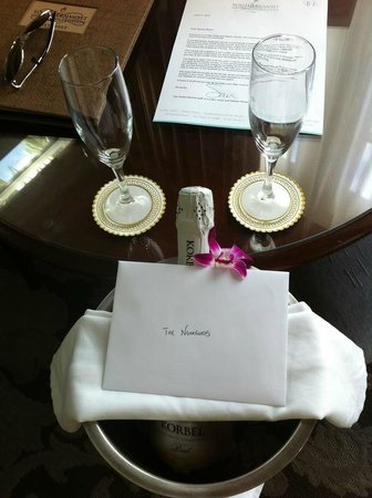 La Mer Hotel and Dewey House: Honeymoon Champagne!