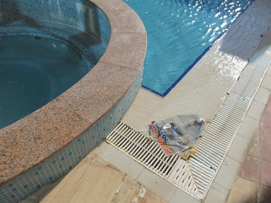 Grand Midwest Tower Hotel Apartments: Müll im Pool - Grand Midwest Dubai