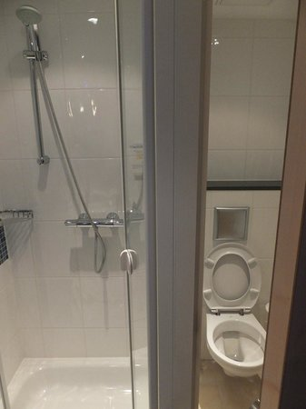 Holiday Inn Express Baden-Baden: Separate shower and toilet