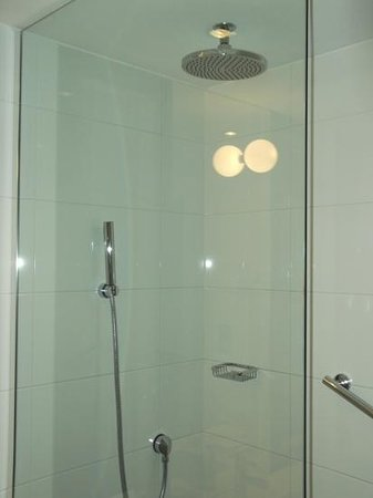 Castle Donington, UK: Great bathroom and shower.