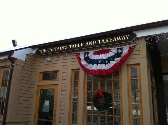 Wellesley, MA: Outside Restaurant The Captain's Table, part of the seafood store and excellent food.