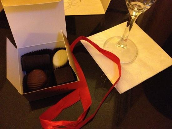 Library Hotel: wine & choccies on arrival!