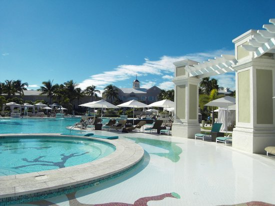 Sandals Emerald Bay: The main pool