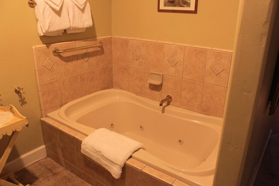 Cayucos Sunset Inn: Jacuzzi tub