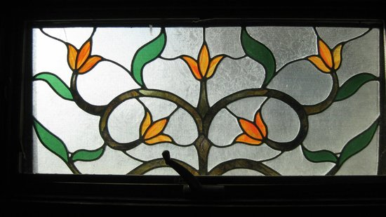 Driftwood Resort: Stained glass in the bathroom