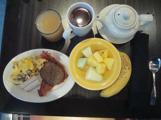 DoubleTree Suites by Hilton Minneapolis: Breakfast at Bytes Restaurant in the hotel