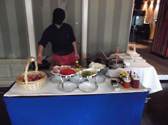 Dream Bangkok: Breakfast Omelette Station--A Sweet, Nice Lady Prepares with Kindness